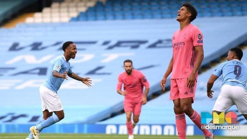Varane se lamenta tras el gol de Sterling en el Manchester City-Real Madrid