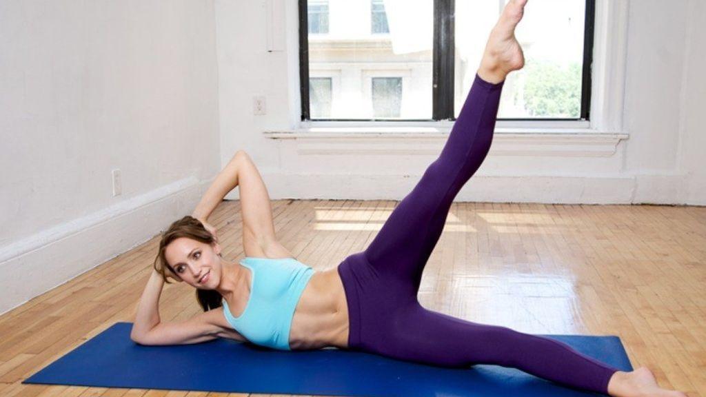 ejercicio de apertura lateral para entrenar el abdomen