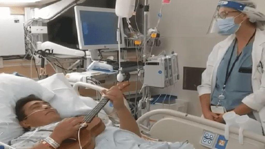 Una doctora y su paciente se unen en un tierno dueto musical con ukelele en homenaje a los sanitarios