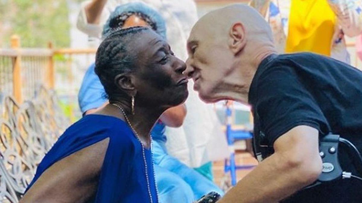 El amor vence al coronavirus: una pareja de ancianos se casan tras superar la infección
