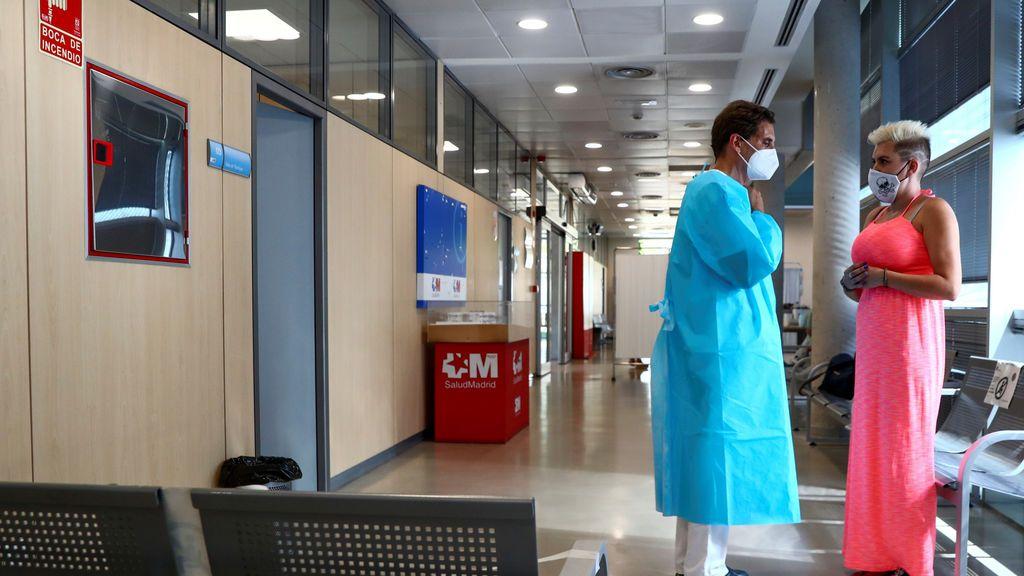 Paciente junto a médico en un centro de Atención Primaria de la Comunidad de Madrid