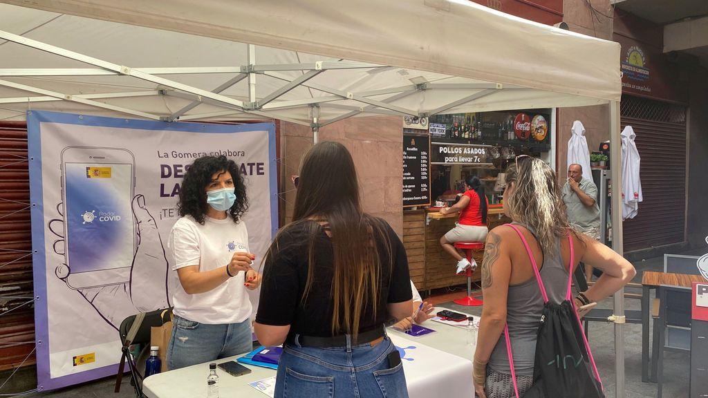 Voluntaria ofreciendo información en La Gomera