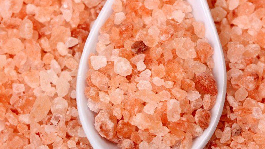 granos de sal rosa del Himalaya