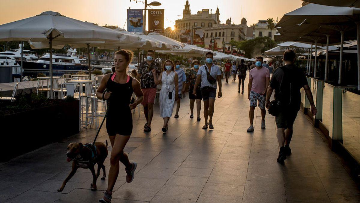 Gente paseando por Barcelona en verano.