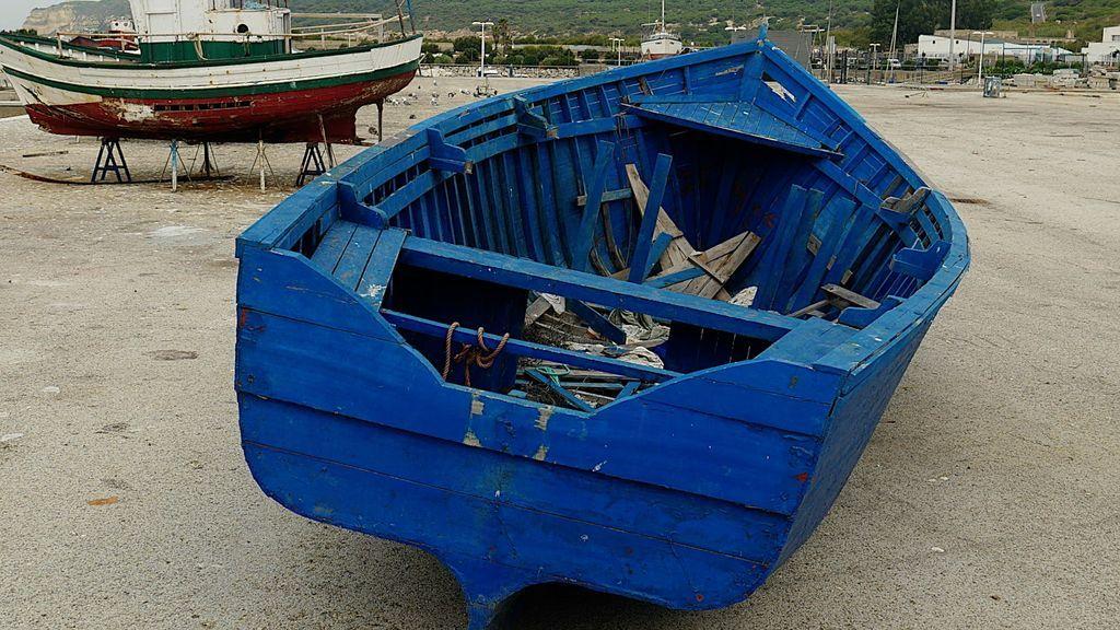 Una patera en el puerto de Barbate