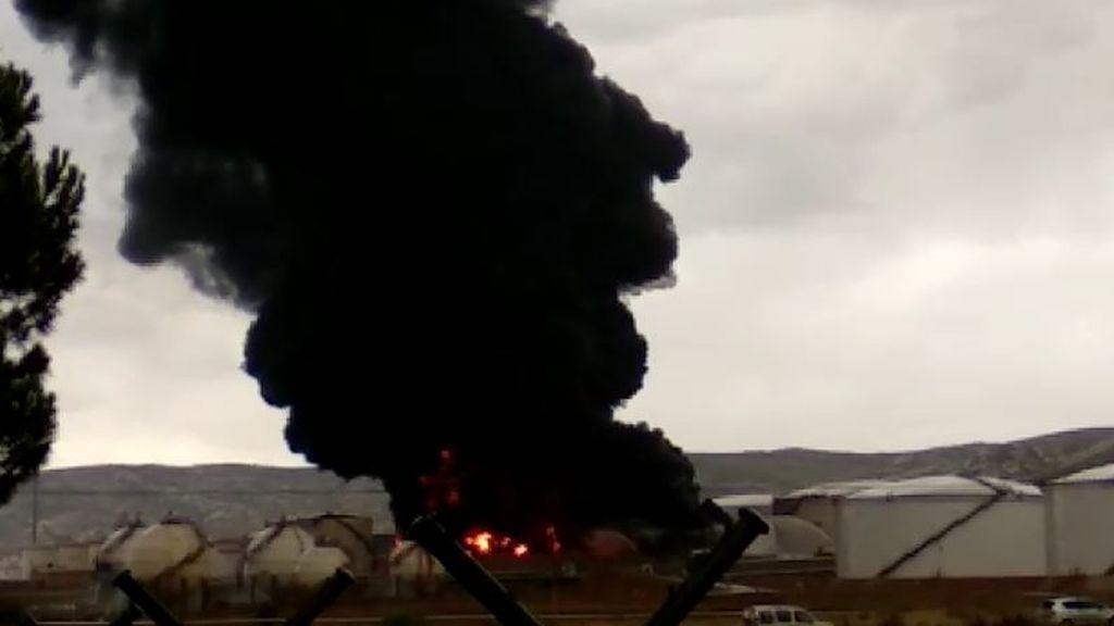 Un rayo provoca un espectacular incendio al caer sobre un depósito de gasoil en Puertollano