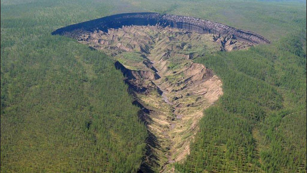 Puerta al infierno: el derretimiento del permafrost abre un enorme cráter en Siberia