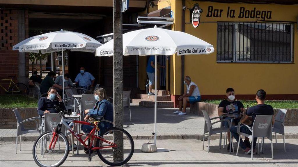 Clientes en un bar de Pedrajas de San Esteban