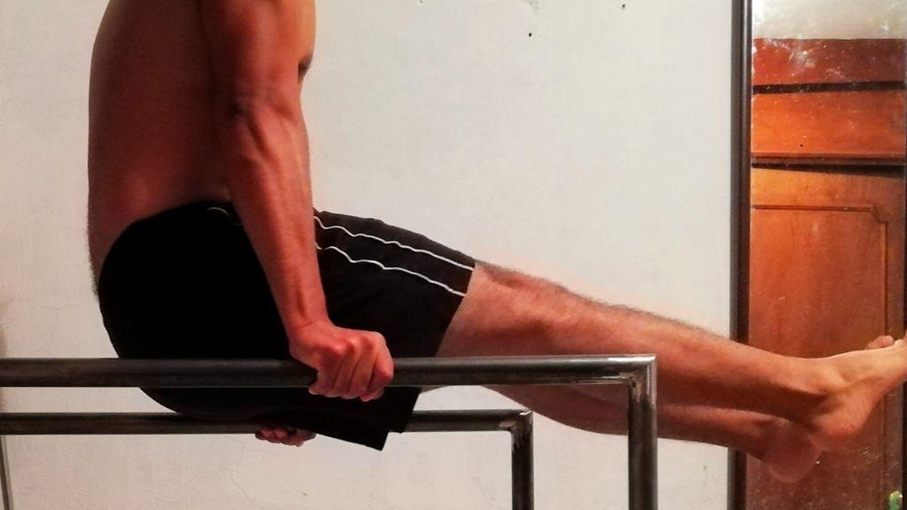 ejercicio de L-Sit Up en barras