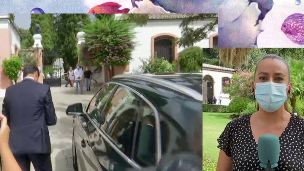El coche fúnebre con el cuerpo de Humberto Janeiro llega al cementerio acompañado por su familia