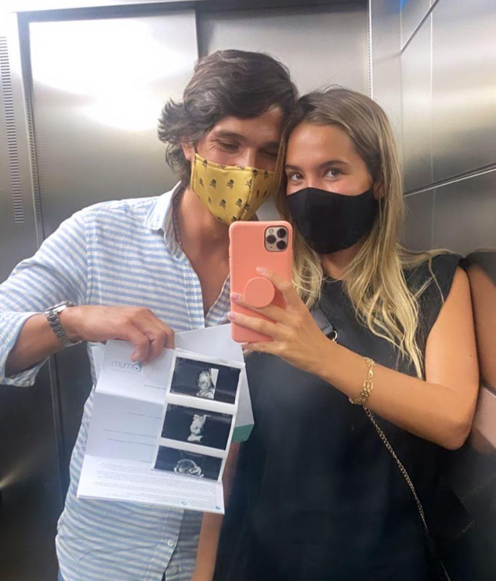 María Pombo posa con Pablo Castellano y la ecografía de Martín