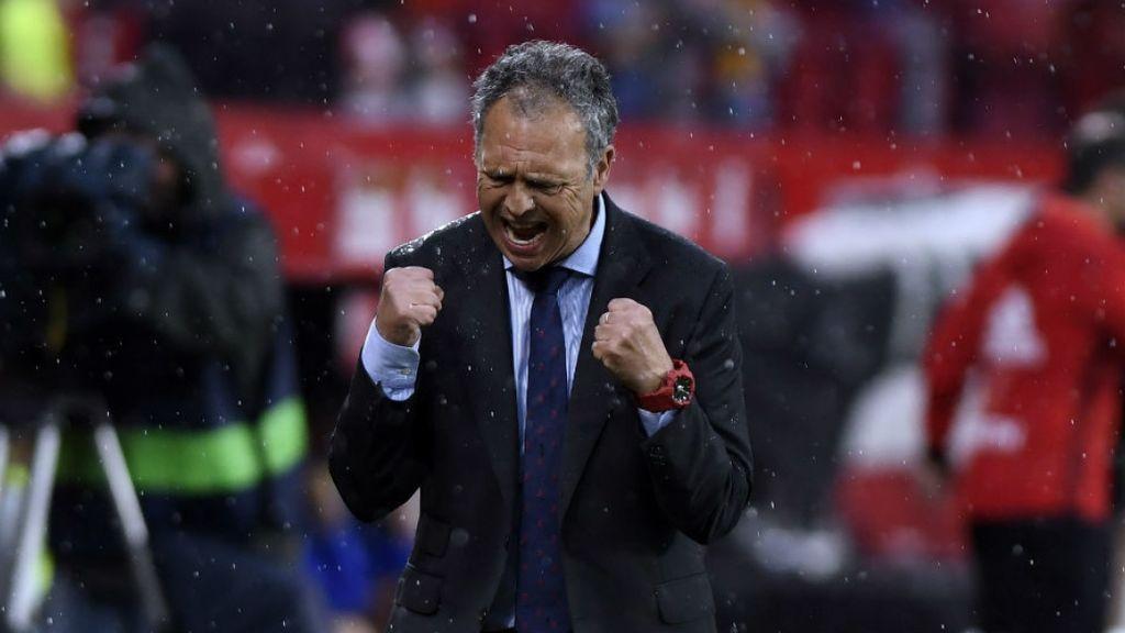 Joaquin Caparrós en el banquillo del Sevilla FC como entrenador