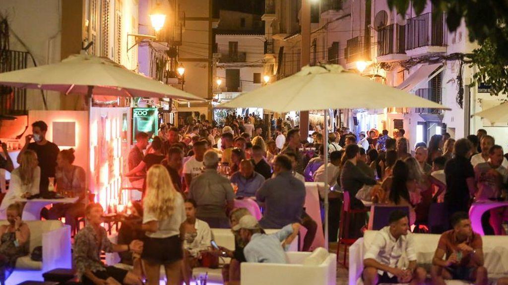 Fiestas, botellones, terrazas repletas  y corridas de toros con miles de personas:  El escenario perfecto para el Covid-19