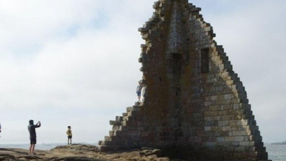 El último maltrato al patrimonio por 'posturear': niños trepando por una torre del siglo VIII en Cambados (Pontevedra)