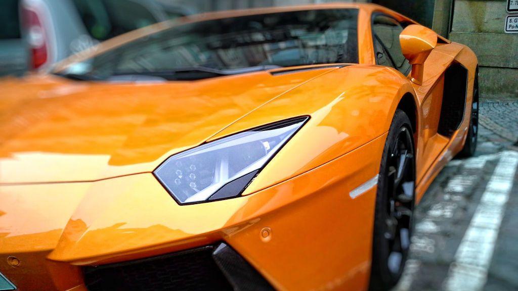 Vídeos que te muestran cómo es el cuidadoso proceso de limpieza de los coches de lujo