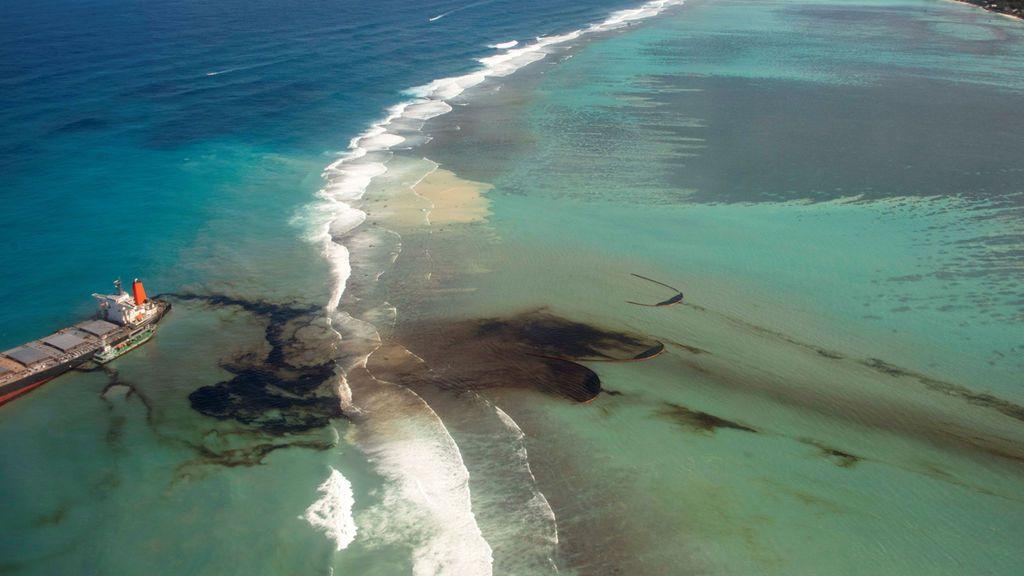 El vertido de fuel en Isla Mauricio: Temor ante la posibilidad de que el barco se parta en dos y se derramen otras 3.000 toneladas de fuel
