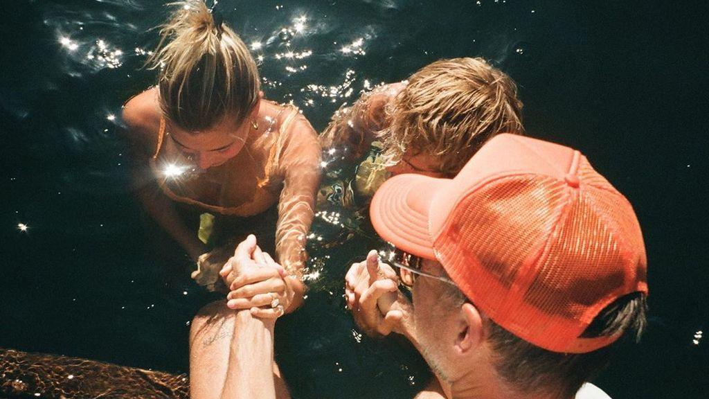 Justin Bieber junto a Hailey, su esposa, bautizándose