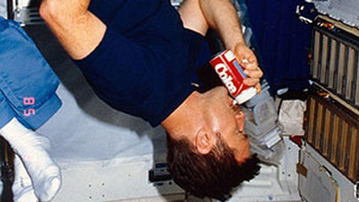 """El día que los astronautas bebieron CocaCola y Pepsi en el espacio: """"Un gran sorbo para la humanidad"""""""