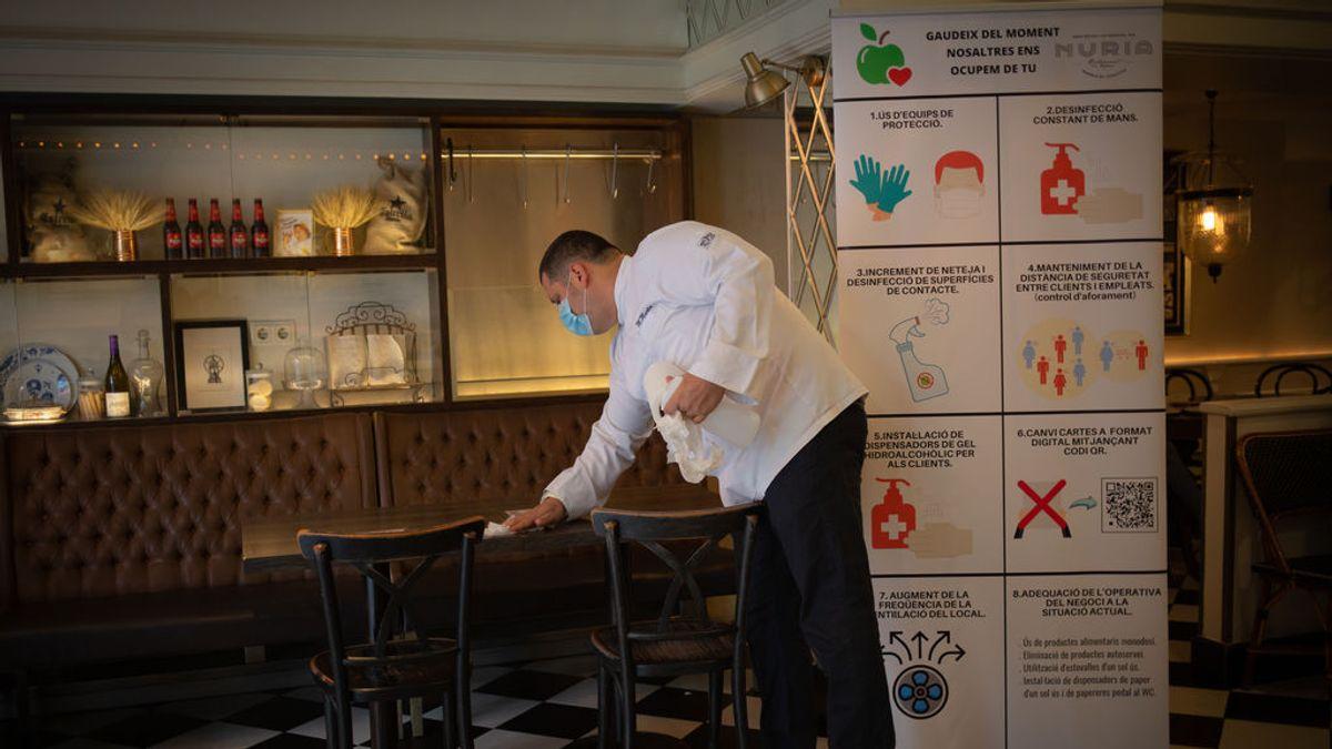 Camarero en la reapertura de la hosteleria