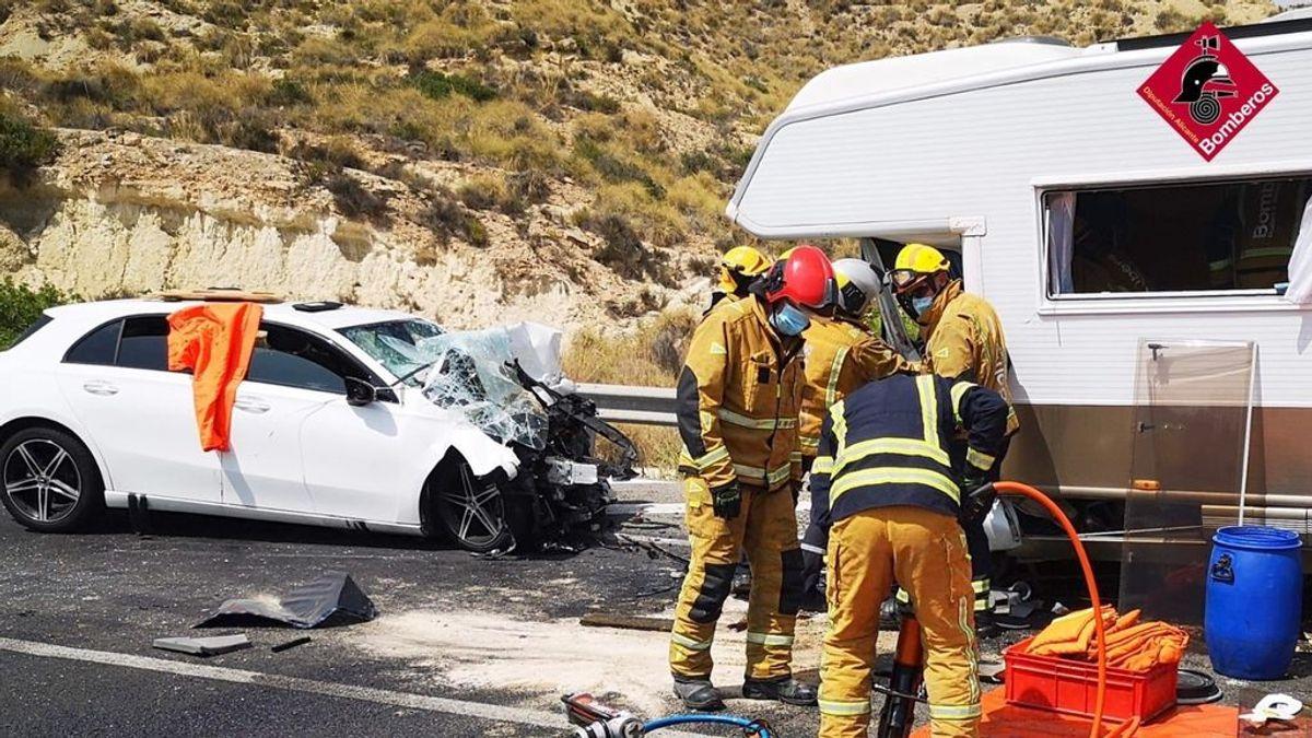 Dos fallecidos y tres heridos en un accidente entre un coche y una caravana en Alicante