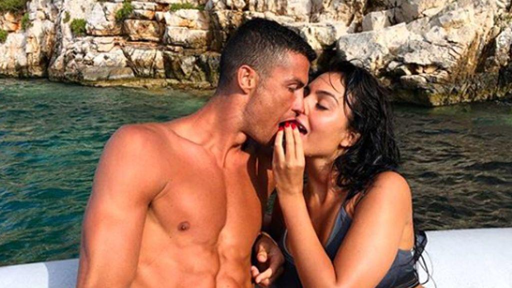 """Cristiano Ronaldo presume de abdominales en sus vacaciones y le trolean: """"Deja el Photoshop"""""""