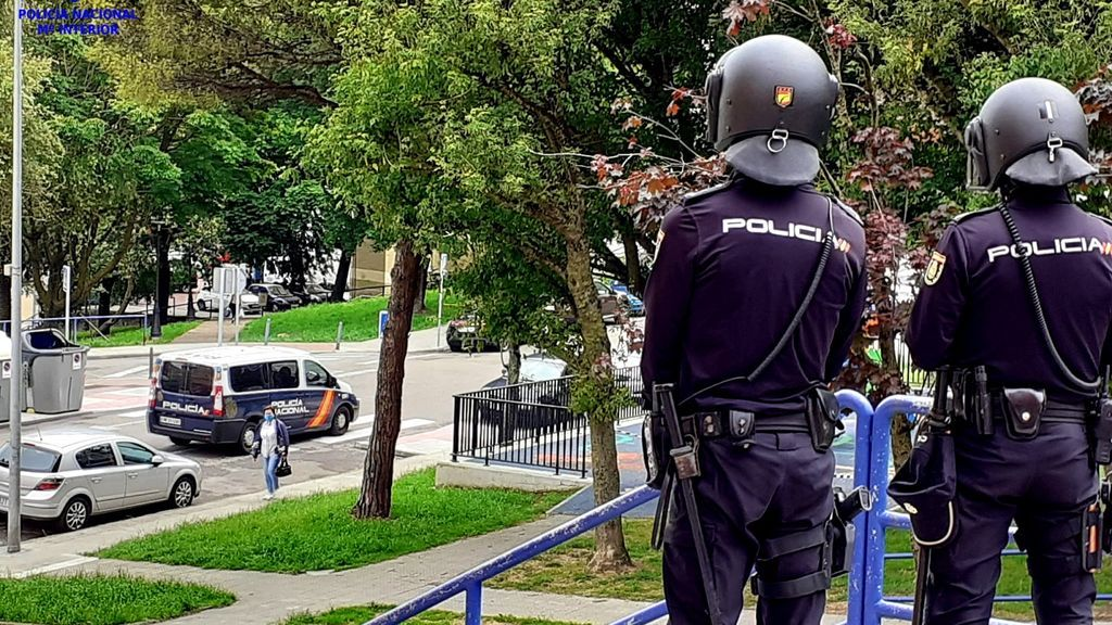 La Policía Nacional detiene a un hombre por agredir con un cable a su abuela y encerrarse para tomar un bote de pastillas