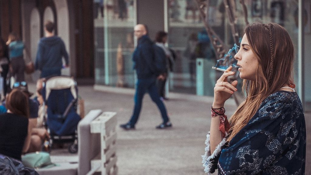 Galicia prohíbe fumar en la calle si no puede mantenerse la distancia de seguridad
