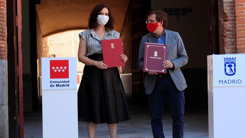 Díaz Ayuso y Martínez-Almeida, cazados sin mascarilla durante sus vacaciones