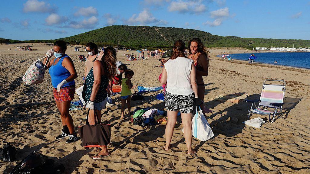 Miembros del `Comando Burgaíllo´ preparándose para limpiar la playa