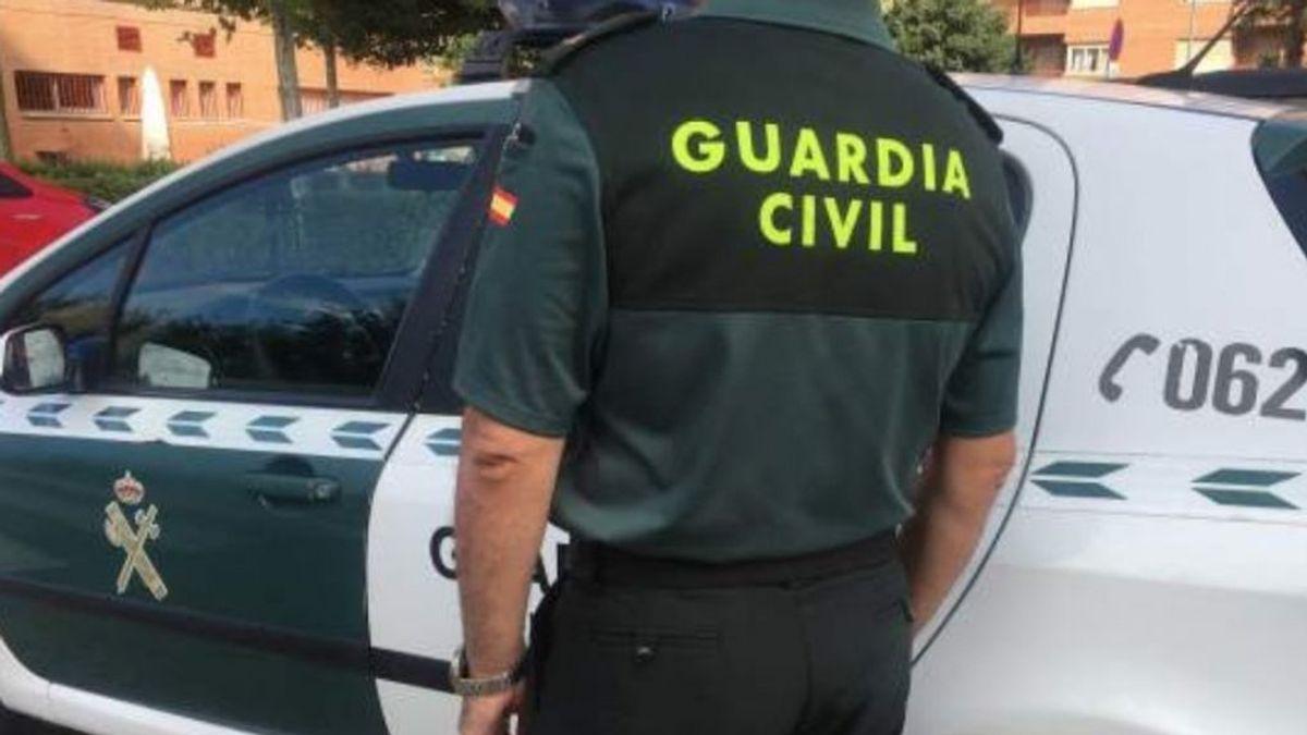 Buscan a un hombre que agredió con un arma blanca a su pareja en Coristanco, A Coruña