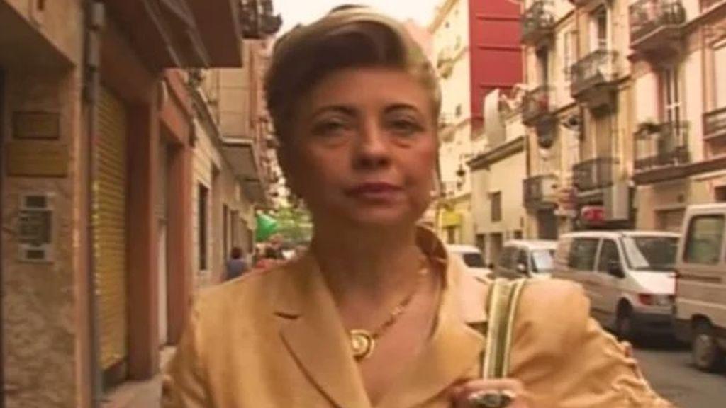 La 'vecina de las bolsas de Valencia' más allá del meme: su hijo cuenta el drama real años después