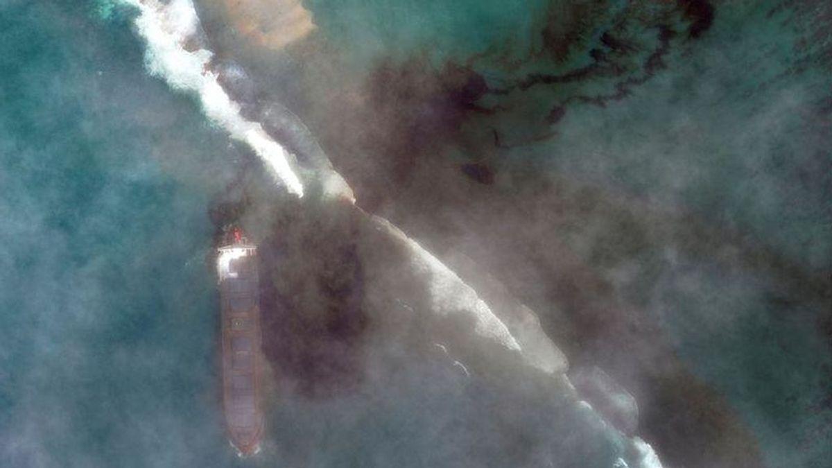 Habitantes de Mauricio recolectan pelo para proteger la isla del vertido de petróleo