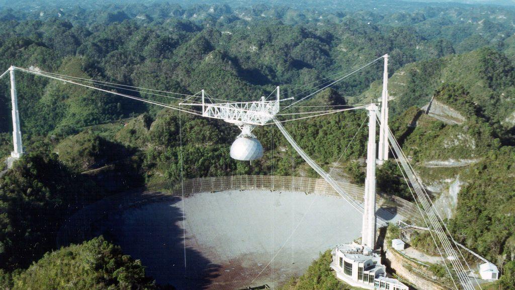 Cierra el observatorio de Arecibo, el más famoso del mundo: un cable roto desmorona una parte de la estructura