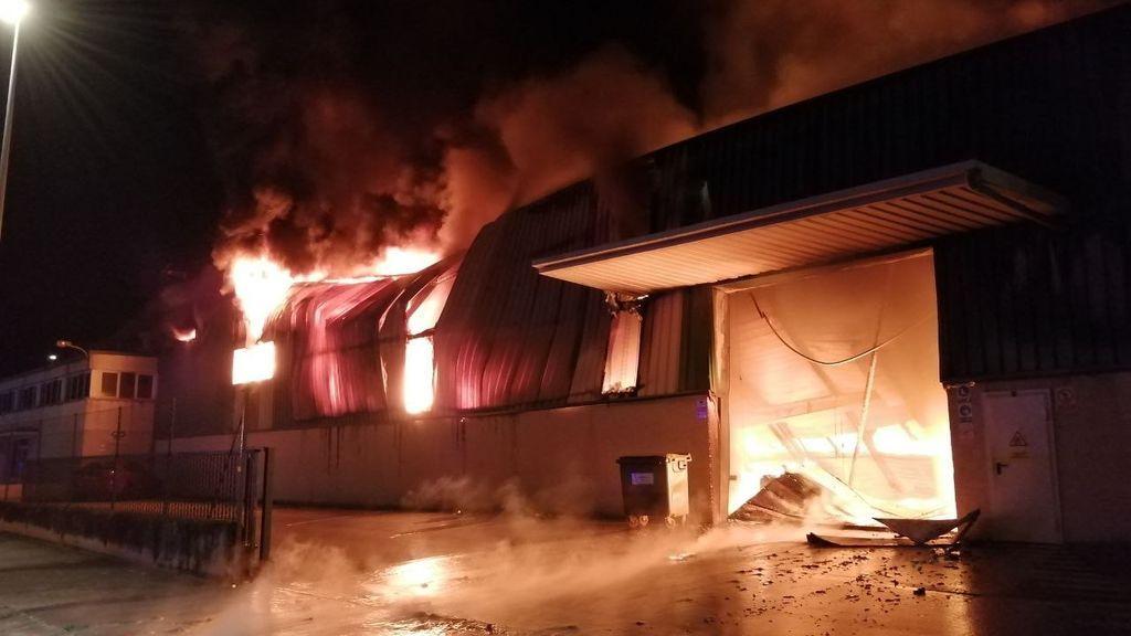 Alerta por un incendio en una nave con pinturas y disolventes en Sant Fruitós del Bages (Barcelona)
