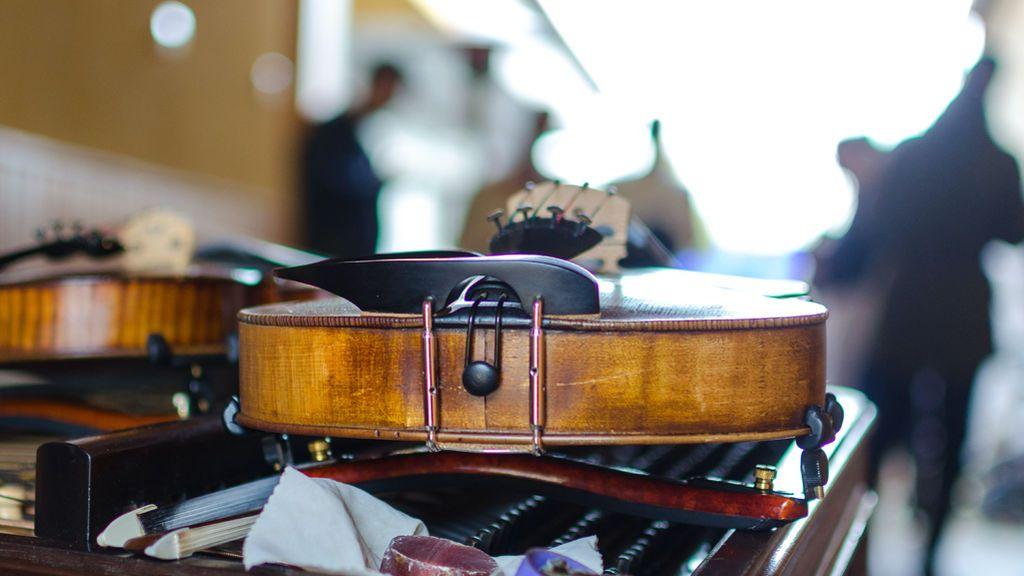 El amor era un violín en la calle Preciados: la mujer que aprendió a tocar porque su marido ya no podía
