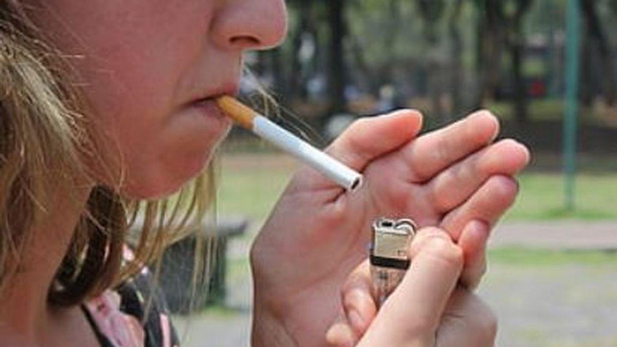 Prohibido fumar en la calle: la medida para combatir la covid-19