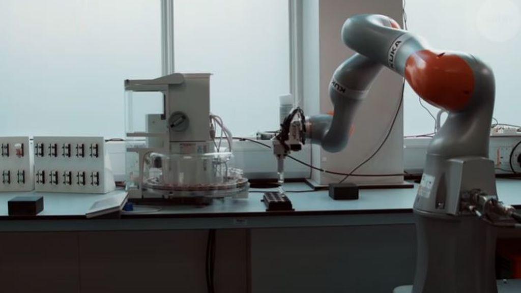 La ciencia no es solo cosa de humanos: el robot inteligente que investiga en un laboratorio
