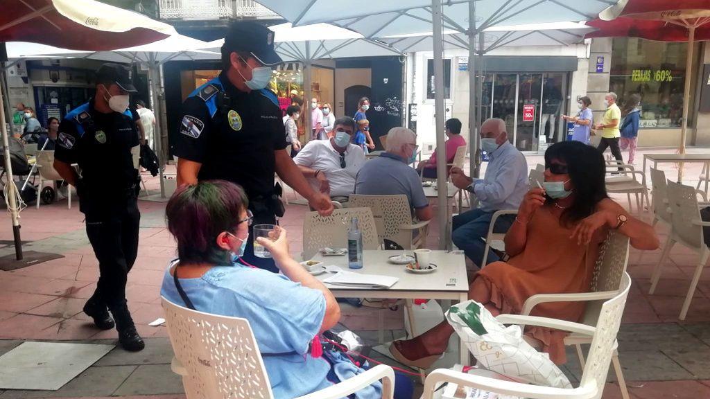 """Hosteleros gallegos, ante la prohibición de fumar en las terrazas si no hay distancia social: """"Ya teníamos que pelear por la mascarilla y ahora esto"""""""