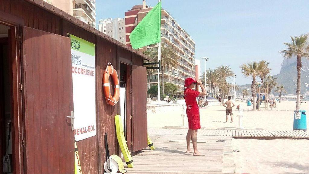 Un socorrista vigila a los bañistas en una playa de Calpe.