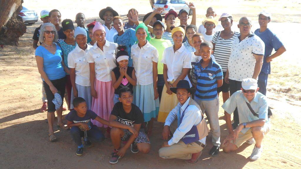 Elsa con los bailarines khoisan en el río Olifants, cerca de Clanwilliam, en Sudáfrica