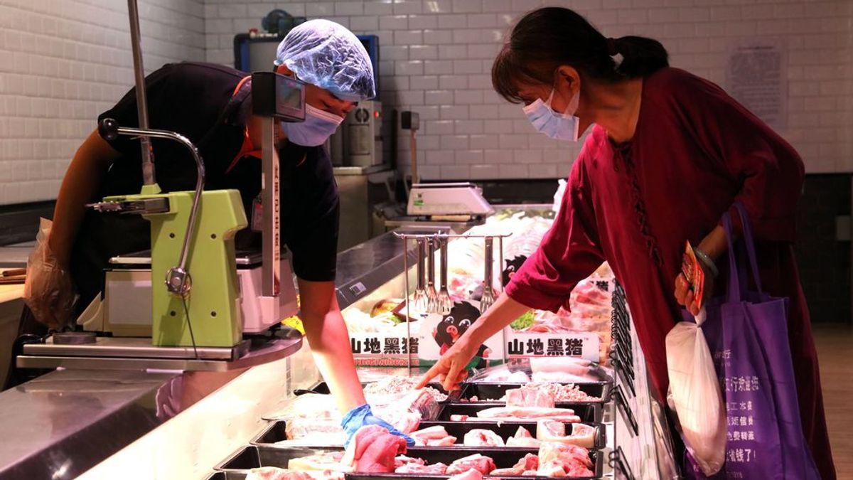 """Coronavirus en unas alitas de pollo: la OMS asegura que """"no hay pruebas"""" de contagio de covid-19 a través de los alimentos"""