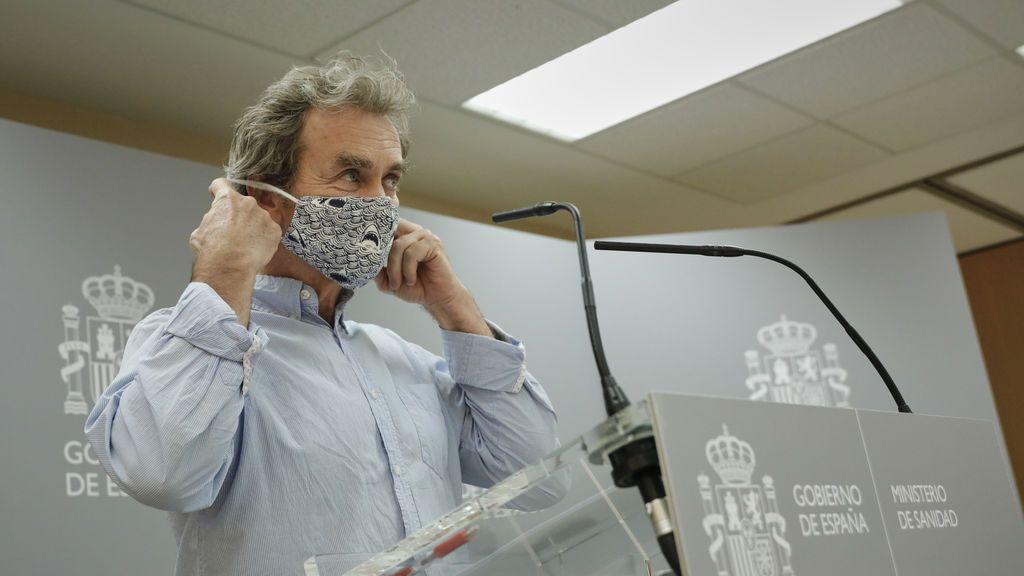 Fernando Simón luce su mascarilla de estampado de tiburones el 12 de julio