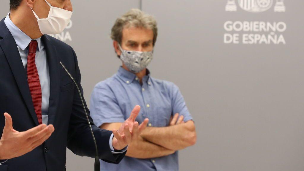 Fernando Simón luce su mascarilla de estampado de tiburones
