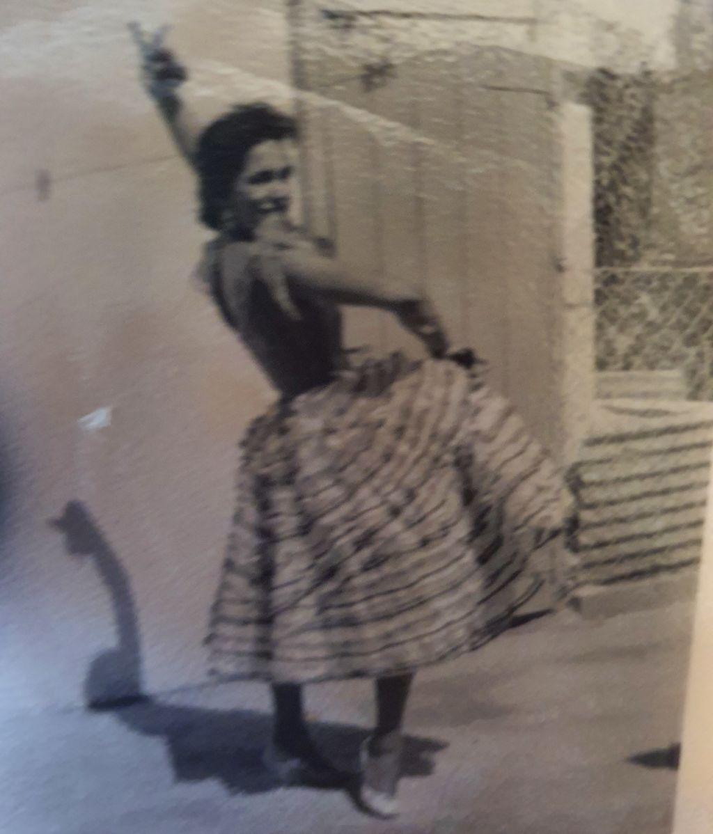 Elsa a los 19 años en Sudáfrica con una falda andaluza hecha por su madre