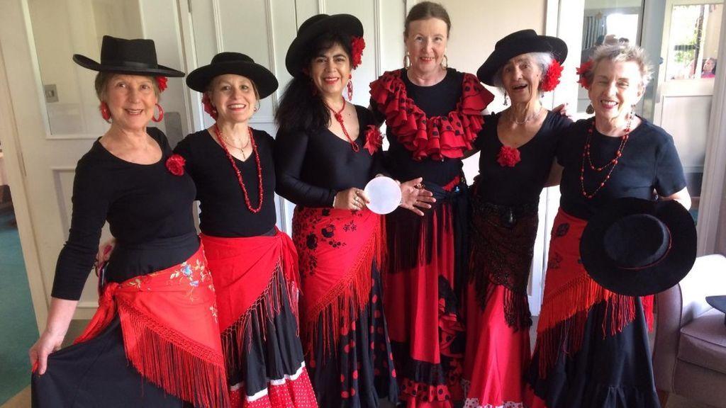 Elsa Pérez con su grupo de danza española The Iberian Folk Dance