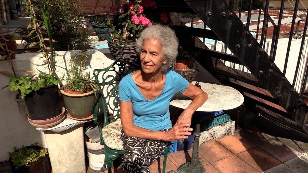Elsa Pérez en el patio de su casa
