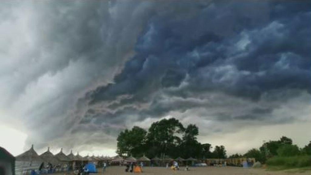 Una inusual nube de tormenta captada sobre un lago en China