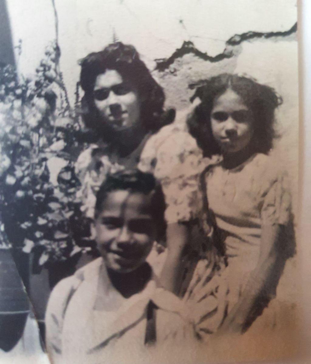 Elsa Pérez (derecha) con sus dos hermanos