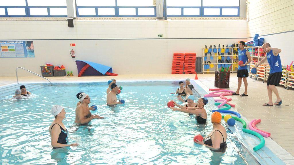 Grupo de personas practicando Aquafitness.