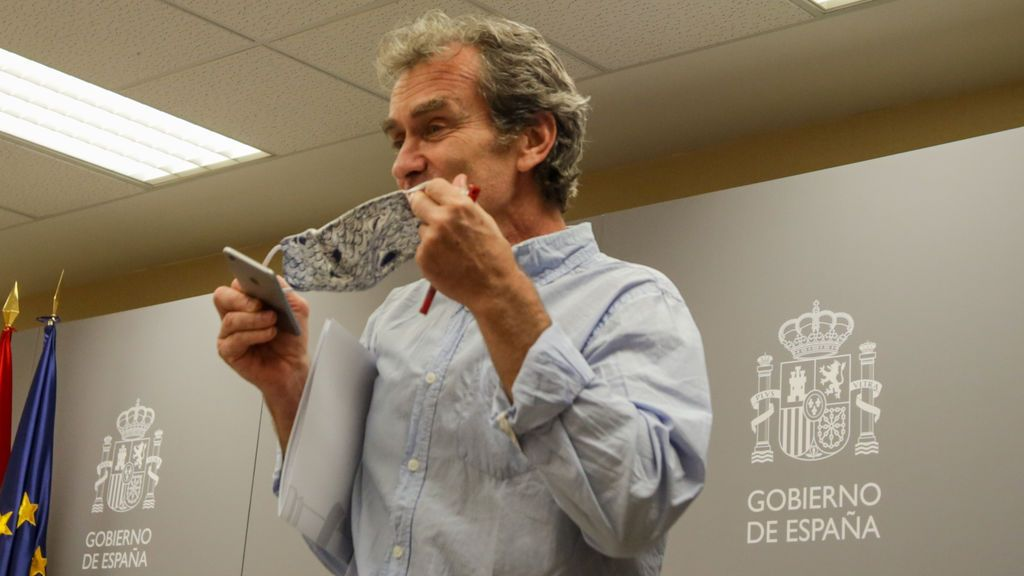 Fernando Simón luce su mascarilla de estampado de tiburones el 22 de junio